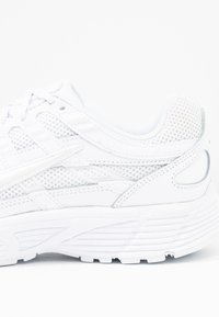 Nike Sportswear - P-6000 - Sneakersy niskie - white/platinum tint - 2