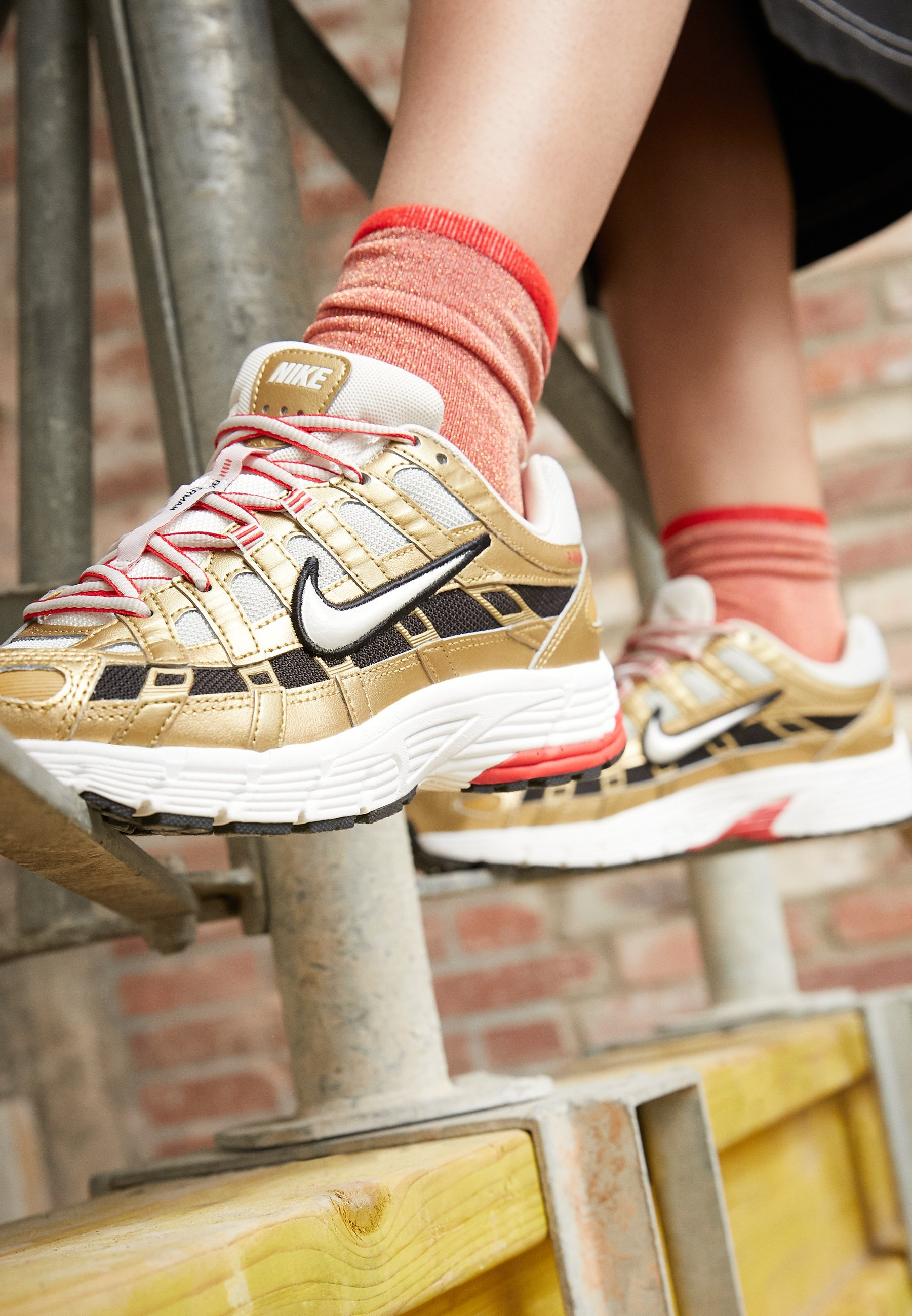 Nike Sportswear P-6000 - Baskets Basses Light Bone/summit White/metallic Gold/university Red/black Fb6eODK