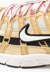 Nike Sportswear - P-6000 - Tenisky - light bone/summit white/metallic gold/university red/black