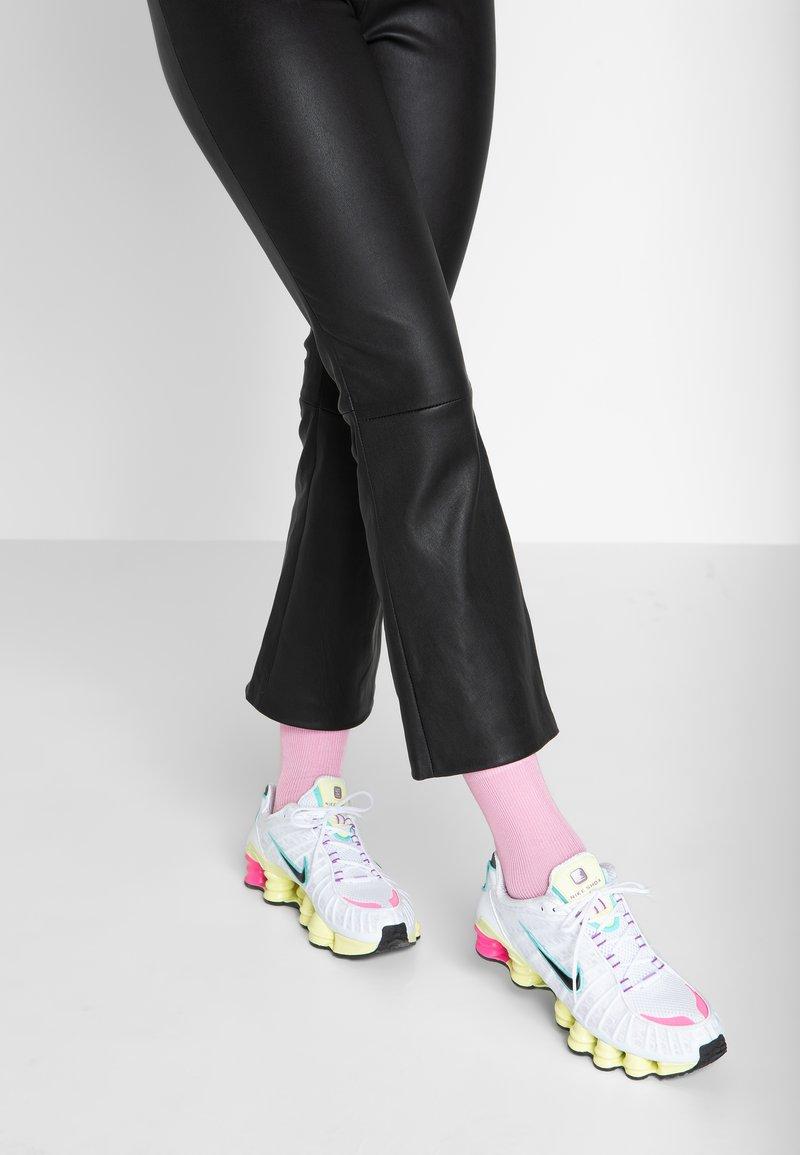 Nike Sportswear - SHOX - Sneaker low - white/black/luminous green/ violet/pink blast/aurora green