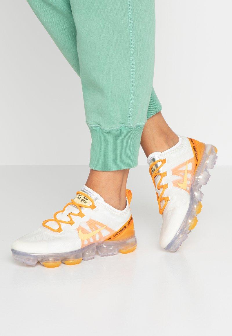 Nike Sportswear - AIR VAPORMAX 2019 - Sneaker low - summit white/topaz gold