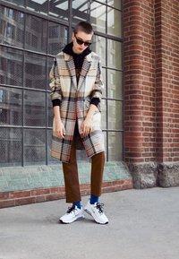 Nike Sportswear - AIR MAX 200 - Sneakers basse - white/metallic gold/black/metallic silver - 3