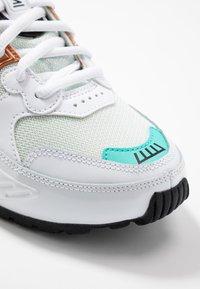 Nike Sportswear - SHOX ENIGMA 9000 - Sneaker low - white/black/spruce aura/aurora green/metallic copper - 2