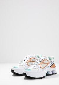Nike Sportswear - SHOX ENIGMA 9000 - Sneaker low - white/black/spruce aura/aurora green/metallic copper - 6