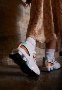 Nike Sportswear - SHOX ENIGMA 9000 - Trainers - white/black/spruce aura/aurora green/metallic copper - 4