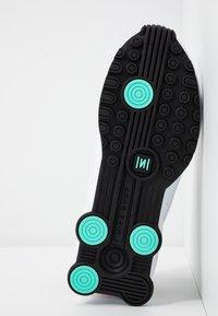 Nike Sportswear - SHOX ENIGMA 9000 - Sneaker low - white/black/spruce aura/aurora green/metallic copper - 8