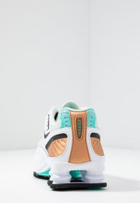 Nike Sportswear - SHOX ENIGMA 9000 - Trainers - white/black/spruce aura/aurora green/metallic copper - 7