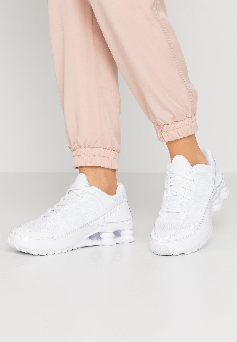 Nike Sportswear - SHOX ENIGMA 9000 - Matalavartiset tennarit - white