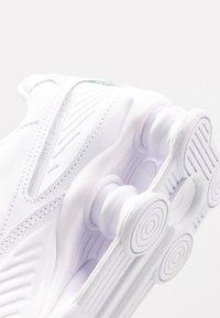 Nike Sportswear - SHOX ENIGMA 9000 - Matalavartiset tennarit - white - 2