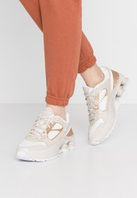 Nike Sportswear - SHOX ENIGMA 9000 - Trainers - desert sand/white/summit white/light soft pink - 0