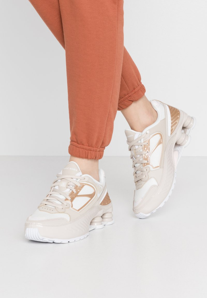 Nike Sportswear - SHOX ENIGMA 9000 - Trainers - desert sand/white/summit white/light soft pink