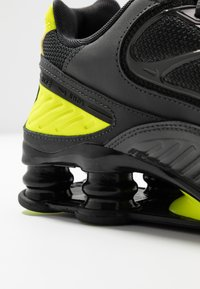 Nike Sportswear - SHOX ENIGMA 9000 - Trainers - dark smoke grey/black/lemon/black - 2