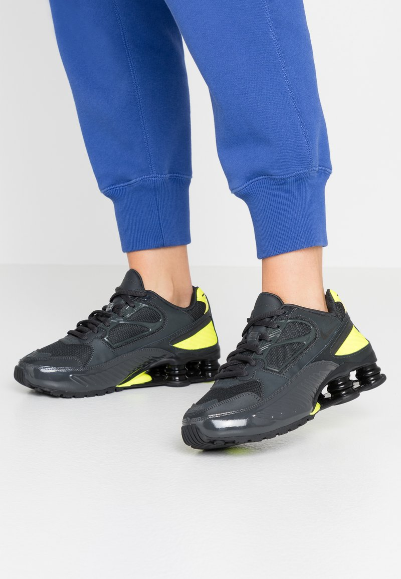Nike Sportswear - SHOX ENIGMA 9000 - Trainers - dark smoke grey/black/lemon/black