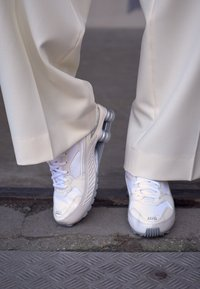 Nike Sportswear - SHOX ENIGMA 9000 - Trainers - phantom/metallic silver/white/pale ivory - 4