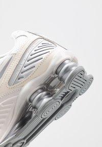 Nike Sportswear - SHOX ENIGMA 9000 - Trainers - phantom/metallic silver/white/pale ivory - 2