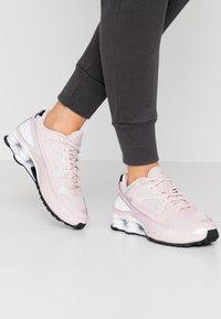 Nike Sportswear - SHOX ENIGMA 9000 - Sneaker low - barely rose/reflect silver/black - 0