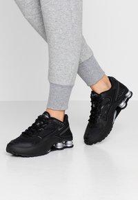 Nike Sportswear - SHOX ENIGMA 9000 - Sneakersy niskie - black/gym red/pure platinum - 0