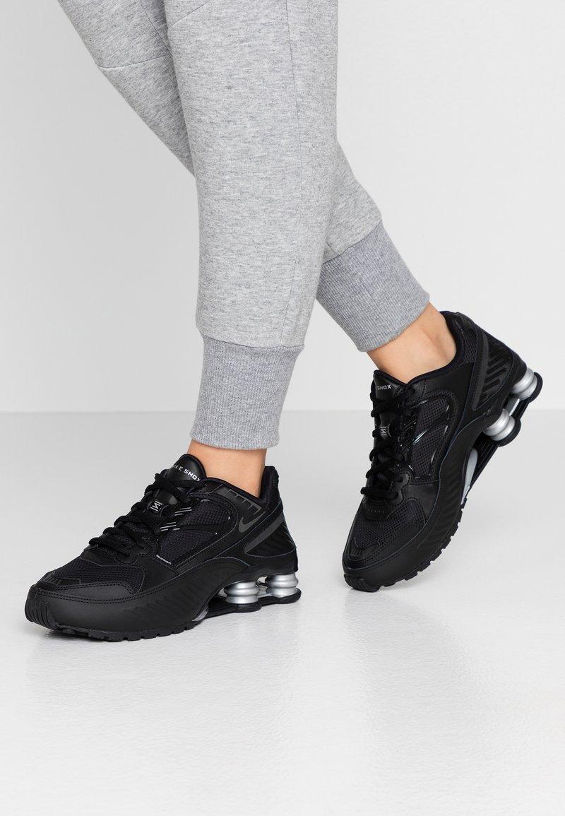 Nike Sportswear - SHOX ENIGMA 9000 - Sneakersy niskie - black/gym red/pure platinum