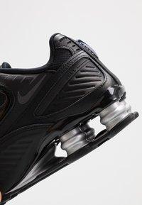 Nike Sportswear - SHOX ENIGMA 9000 - Sneakersy niskie - black/gym red/pure platinum - 2