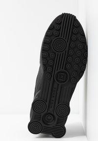 Nike Sportswear - SHOX ENIGMA 9000 - Sneakersy niskie - black/gym red/pure platinum - 6