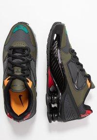 Nike Sportswear - SHOX ENIGMA 9000 - Trainers - black/anthracite/cargo khaki/gym red/bright ceramic/mystic green - 5