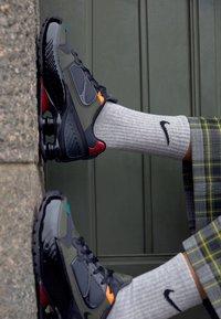 Nike Sportswear - SHOX ENIGMA 9000 - Trainers - black/anthracite/cargo khaki/gym red/bright ceramic/mystic green - 4