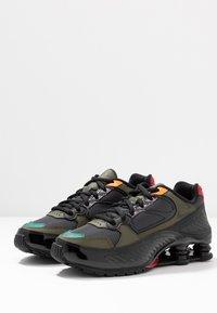 Nike Sportswear - SHOX ENIGMA 9000 - Trainers - black/anthracite/cargo khaki/gym red/bright ceramic/mystic green - 6