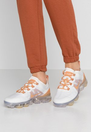 AIR VAPORMAX 2019 SE - Trainers - summit white/copper moon/metallic summit white