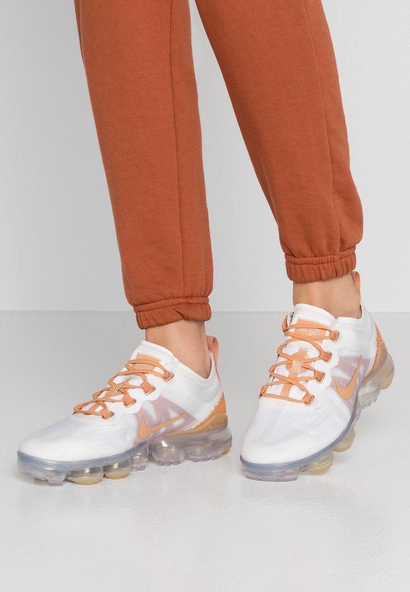 Nike Sportswear - AIR VAPORMAX 2019 SE - Sneaker low - summit white/copper moon/metallic summit white