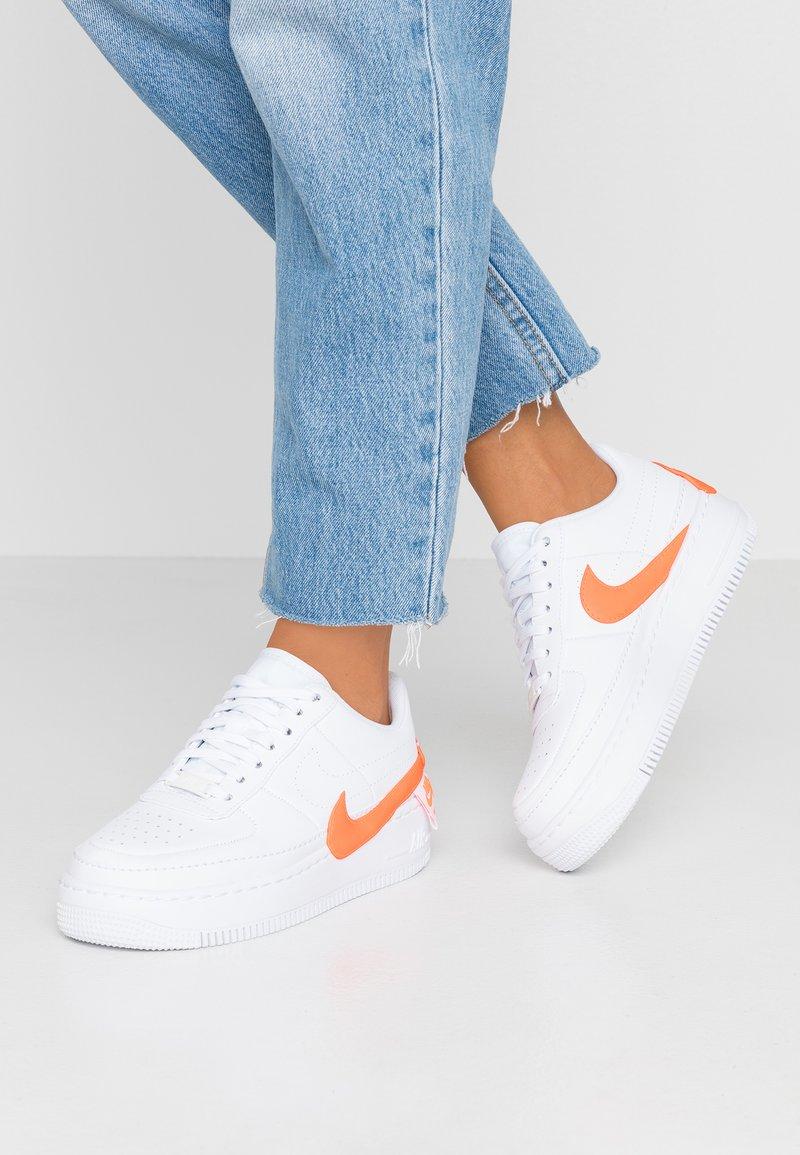 Nike Sportswear - AF1 JESTER - Baskets basses - white/hyper crimson