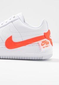 Nike Sportswear - AF1 JESTER - Baskets basses - white/hyper crimson - 2