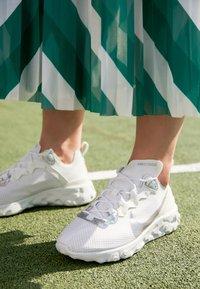 Nike Sportswear - REACT ELEMENT 55 - Tenisky - summit white/metallic silver - 4