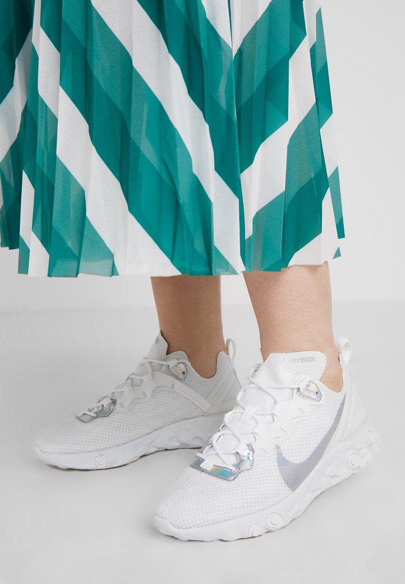 Nike Sportswear - REACT ELEMENT 55 - Tenisky - summit white/metallic silver