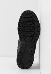 Nike Sportswear - P-6000 - Baskets basses - black/metallic gold/off noir - 8