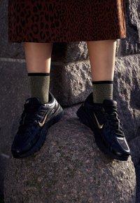 Nike Sportswear - P-6000 - Baskets basses - black/metallic gold/off noir - 4