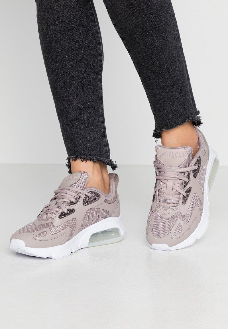 Nike Sportswear - AIR MAX 200 SE - Sneakers - pumice/white