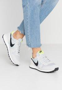 Nike Sportswear - INTERNATIONALIST - Baskets basses - grey fog/black/lemon/summit white - 0
