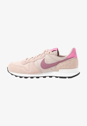 INTERNATIONALIST - Joggesko - fossil stone/plum dust/magic flamingo/summit white