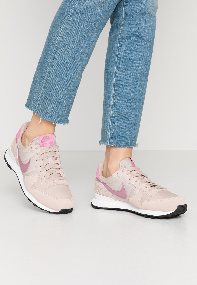 Nike Sportswear - INTERNATIONALIST - Matalavartiset tennarit - fossil stone/plum dust/magic flamingo/summit white