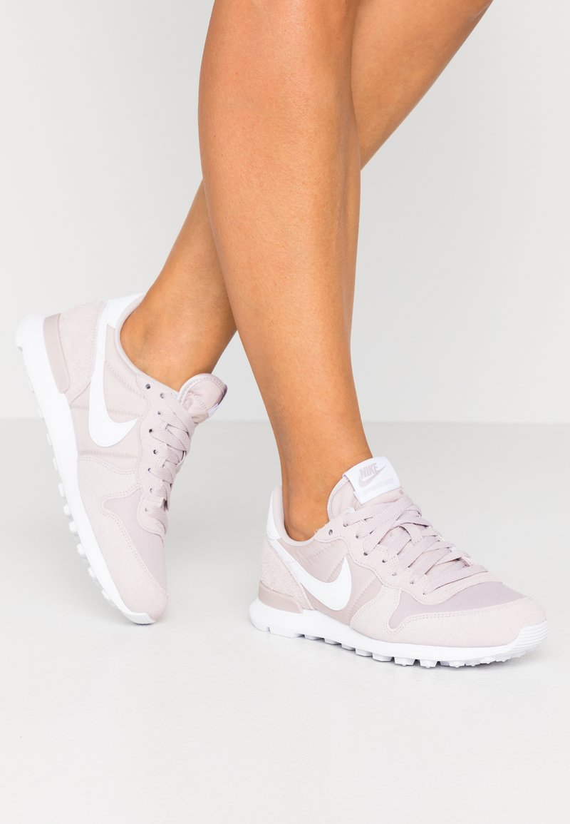 Nike Sportswear - INTERNATIONALIST - Sneakersy niskie - platinum violet/white