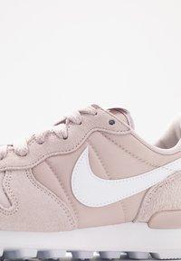 Nike Sportswear - INTERNATIONALIST - Sneakersy niskie - platinum violet/white - 2