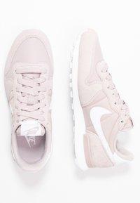 Nike Sportswear - INTERNATIONALIST - Sneakersy niskie - platinum violet/white - 3