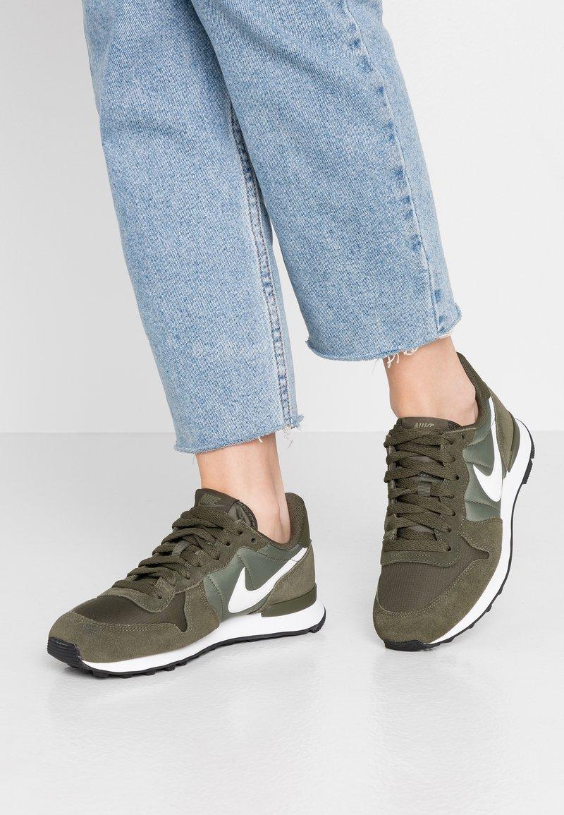 Nike Sportswear - INTERNATIONALIST - Sneaker low - cargo khaki/summit white/medium olive/black