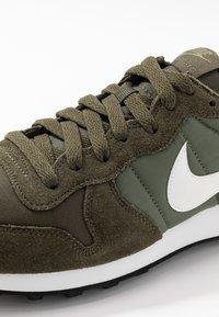 Nike Sportswear - INTERNATIONALIST - Matalavartiset tennarit - cargo khaki/summit white/medium olive/black - 2