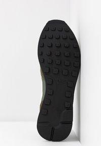 Nike Sportswear - INTERNATIONALIST - Matalavartiset tennarit - cargo khaki/summit white/medium olive/black - 6
