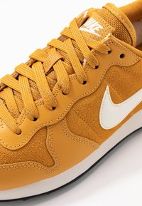 Nike Sportswear - INTERNATIONALIST - Matalavartiset tennarit - gold/phantom black - 2