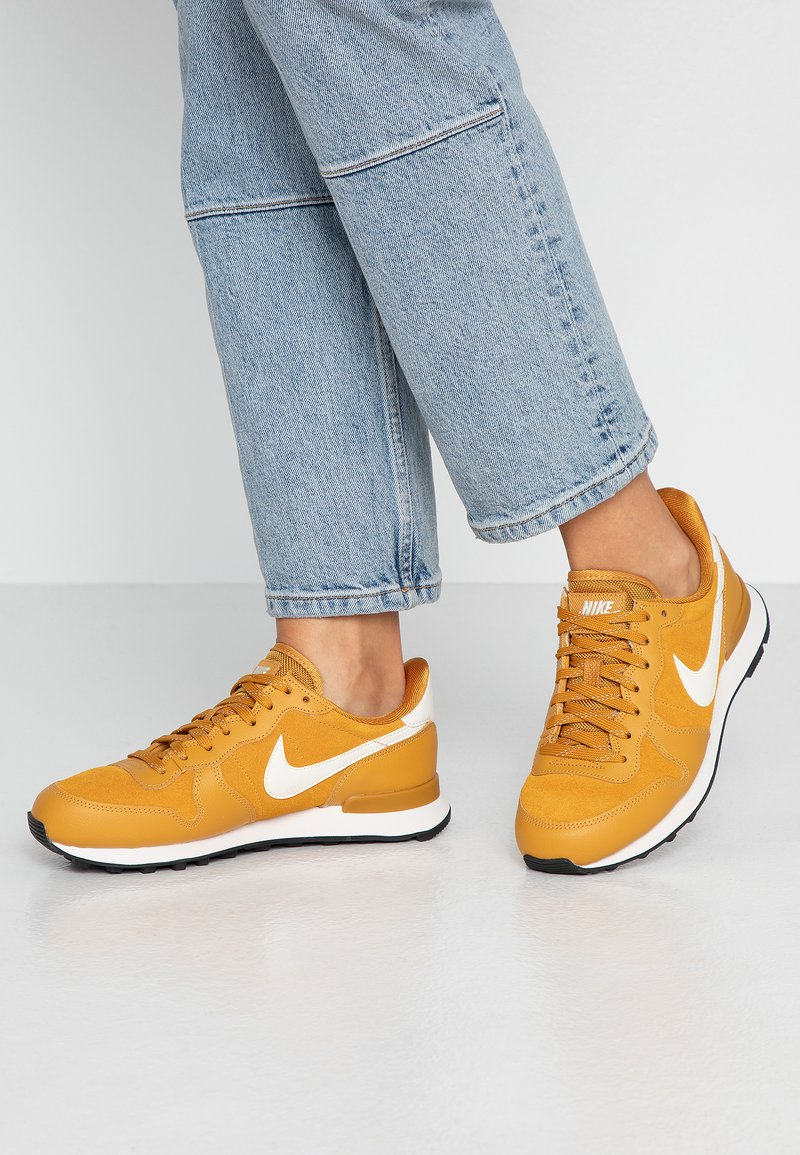 Nike Sportswear - INTERNATIONALIST - Matalavartiset tennarit - gold/phantom black