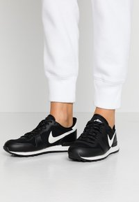 Nike Sportswear - INTERNATIONALIST - Sneaker low - black/phantom - 0