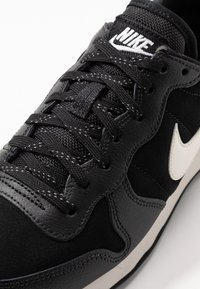 Nike Sportswear - INTERNATIONALIST - Sneaker low - black/phantom - 2