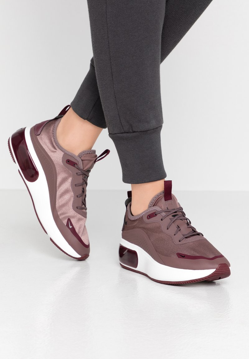 Nike Sportswear - AIR MAX DIA - Zapatillas - plum eclipse/black/night maroon/summit white